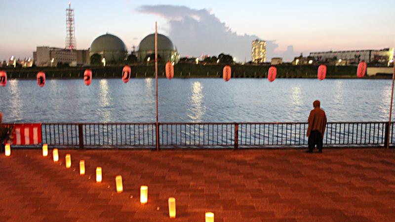 燈籠と夕べのすみだ川