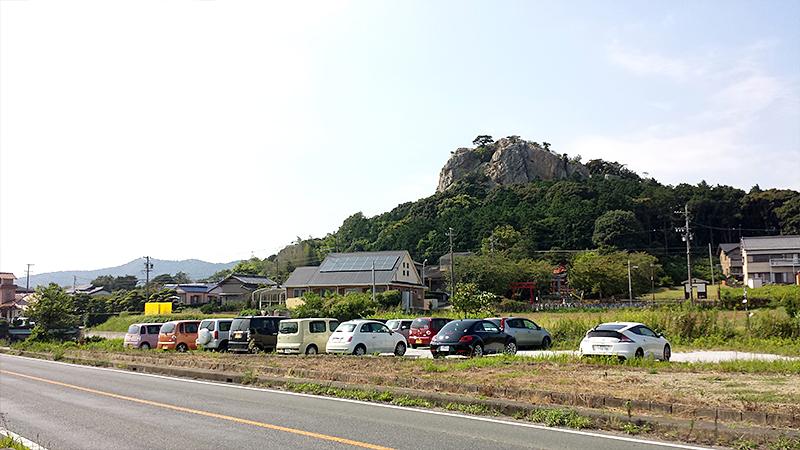 立岩街道の岩山