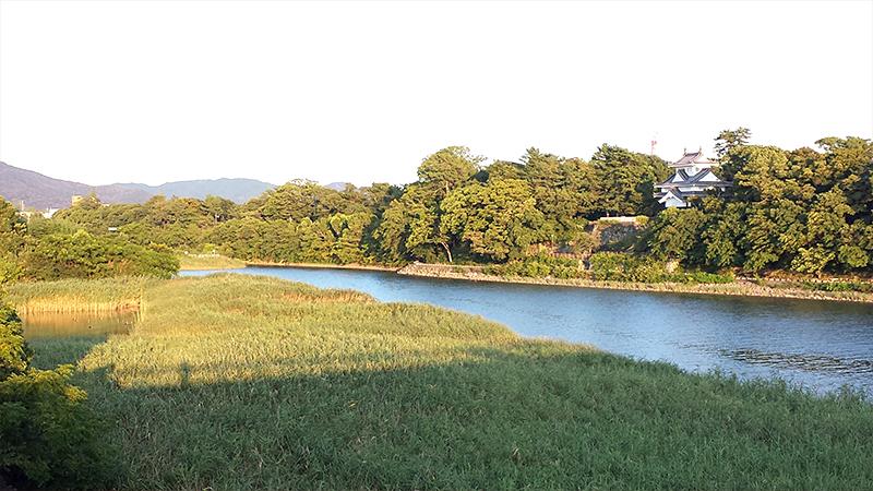 夕日に染まる豊川越しの吉田城