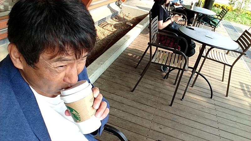 永田勝也コーヒーを飲む
