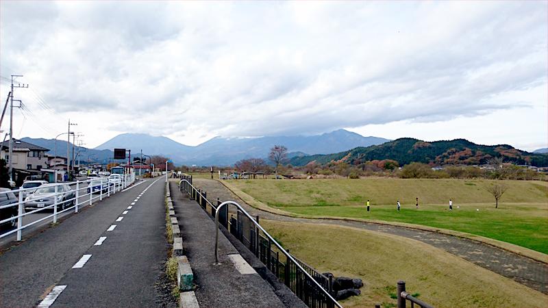 大谷川沿いの公園風景
