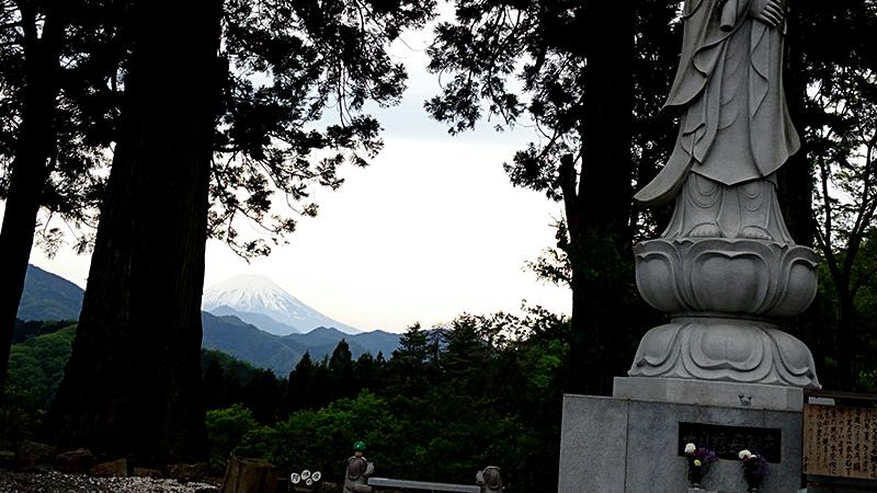 葛飾北斎の「富嶽三十六景甲州犬目宿」や歌川広重の「不二三十六景犬目峠の富士」