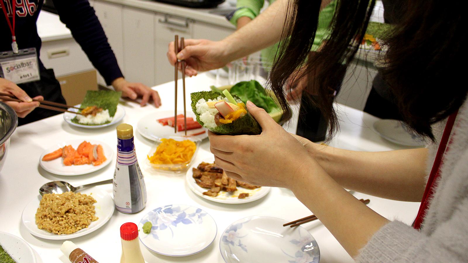 手巻き寿司を食べる