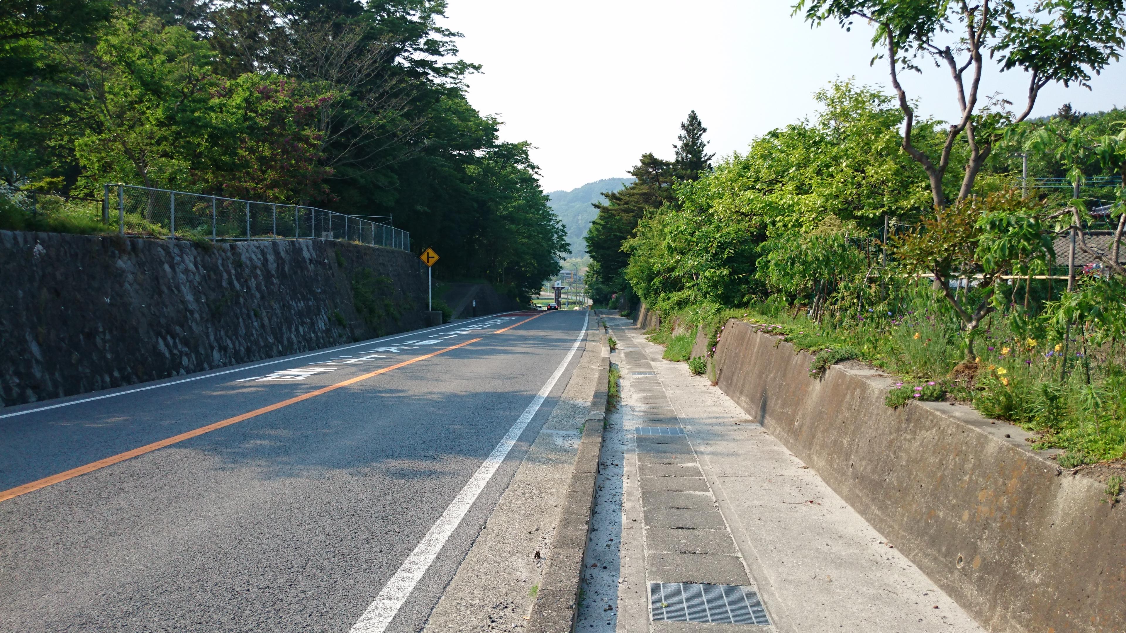 甲州街道と続く上り坂